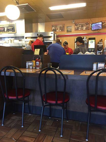 Woman-snaps-photo-of-Waffle-House-prayer