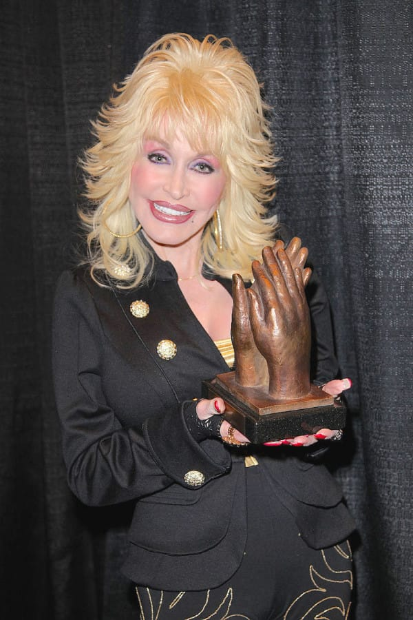 800px-Dolly_Parton_accepting_Liseberg_Applause_Award_2010_portrait-600x900